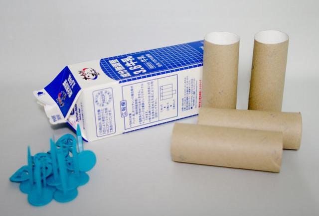 材料は牛乳パックとトイレットペーパーの芯にメイクドゥ(makedo)少々